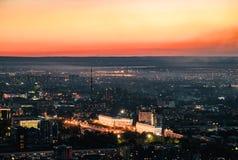 Il tramonto sopra la città di Almaty e una vista del Kok Tobe TV si elevano Fotografie Stock Libere da Diritti