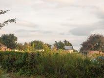 Il tramonto sopra le cime di un orto familiare sparge fuori Fotografie Stock Libere da Diritti