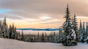 Il tramonto sopra le colline dello sci al Sun alza Fotografia Stock