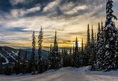 Il tramonto sopra le colline dello sci al Sun alza Immagini Stock