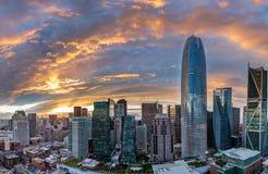 Il tramonto sopra San Francisco crea un alone arancio e rosso sopra la città fotografia stock