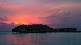 Il tramonto sull'isola delle Maldive, ville dell'acqua ricorre immagine stock libera da diritti