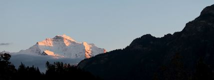 Il tramonto sulle alpi svizzere, ¼ di MÃ rren la Svizzera Immagini Stock