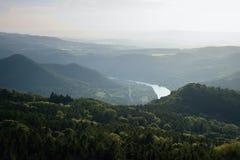 Il tramonto in valle del fiume europeo Labe dall'allerta Varhost del metallo nella sera di primavera nella zona turistica ceca ha Fotografia Stock