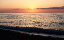 Il tramonto variopinto sopra il mare dallo scontrarsi ondeggia Composizione nella natura fotografie stock libere da diritti