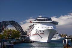 Il transatlantico di spirito di carnevale si è messo in bacino nel porto Australia di Sydney Fotografia Stock