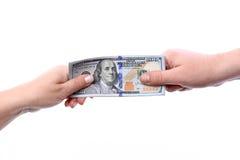Il trasferimento dei braccia nelle mani di nuovi Stati Uniti cento bil del dollaro Fotografie Stock