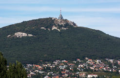 Il trasmettitore sulla collina Zobor sopra la città di Nitra Fotografia Stock Libera da Diritti