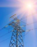 Il trasporto di energia ad alta tensione si eleva nel fondo del cielo del tramonto Immagini Stock