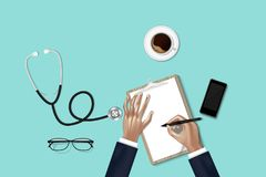 Il trattamento di sanità ed il concetto di occupazione della medicina, mani di medico sta prendendo nota mentre esame dati fisici fotografia stock libera da diritti