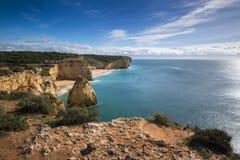 Il tratto della linea costiera di Algarve e le spiagge dal Ponta fanno il promontorio dell'altare in Ferragudo, Algarve, Portogal Immagini Stock Libere da Diritti