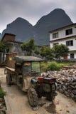 Il trattore antico avariato dell'agricoltore sta in villaggio agricolo, Guang Fotografia Stock