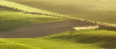 Il trattore ara il campo in primavera Immagini Stock
