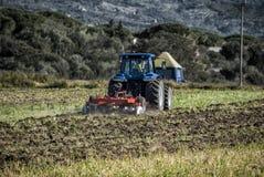 Il trattore ara la terra Fotografia Stock Libera da Diritti