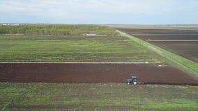 Il trattore ara la terra dell'azienda agricola video d archivio