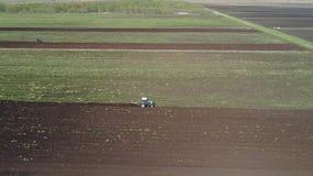 Il trattore ara la terra dell'azienda agricola archivi video
