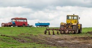 Il trattore ara la terra nei campi in primavera Fotografia Stock Libera da Diritti
