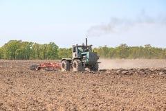 Il trattore ara il suolo fotografia stock