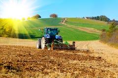 Il trattore ara un campo Fotografie Stock Libere da Diritti
