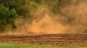 Il trattore calcia la polvere Fotografia Stock Libera da Diritti