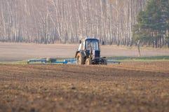 Il trattore coltiva la molla del materasso fotografia stock