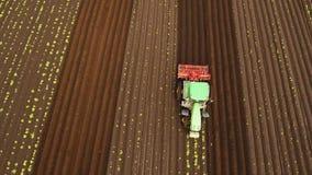 Il trattore coltiva la terra nel campo archivi video