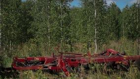 Il trattore con la siluetta del driver in cabina fatta l'autostop funziona sulla molla archivata vicino ad una foresta della betu archivi video