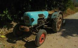 Il trattore d'annata del turchese ha parcheggiato in un villaggio greco Immagini Stock