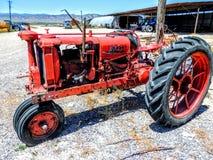 Il trattore dell'attrezzatura dell'azienda agricola fa l'autostop aumenta su farmscape Fotografia Stock Libera da Diritti