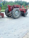 Il trattore demolito è fermata sulla strada Fotografia Stock Libera da Diritti