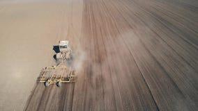 Il trattore elabora il campo video d archivio