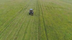 Il trattore falcia l'erba archivi video