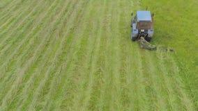 Il trattore falcia l'erba stock footage
