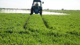 Il trattore fertilizza stock footage