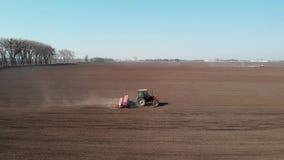 Il trattore fertilizza il campo stock footage