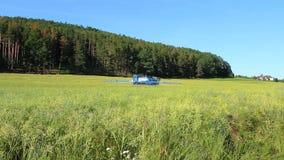 Il trattore fertilizza il campo dalla parte posteriore, concetto dell'agricoltura, repubblica Ceca video d archivio