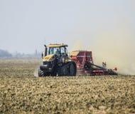 Il trattore guida sul campo e trasforma il fertilizzante il soi Immagine Stock Libera da Diritti
