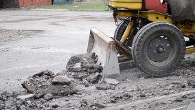 Il trattore muove l'asfalto stock footage