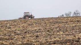 Il trattore prepara un campo per seminare Fotografie Stock Libere da Diritti