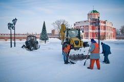 Il trattore pulisce la neve Immagini Stock