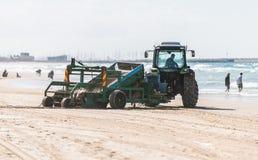 Il trattore pulisce la sabbia Fotografia Stock