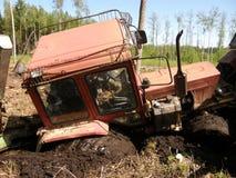 Il trattore rimane incastrato in foresta Immagini Stock