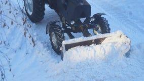 Il trattore rimuove la neve dalla strada archivi video