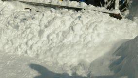 Il trattore rimuove la neve stock footage