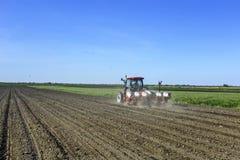 Il trattore semina il cereale Fotografia Stock Libera da Diritti
