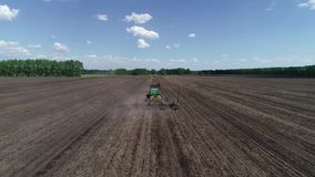 Il trattore semina la vista del campo dall'aria archivi video