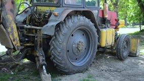 Il trattore sta vicino al pozzo a terra L'escavatore a cucchiaia rovescia accatasta sul primo piano a terra stock footage