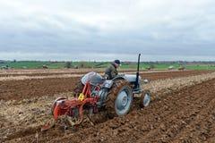 Il trattore tira un aratro Fotografia Stock