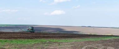 Il trattore tratta il campo Fotografia Stock