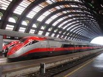 Il treno ad alta velocità attende la partenza alle locomotive a vapore della registrazione di Milan StationThree sulla parata Immagini Stock Libere da Diritti